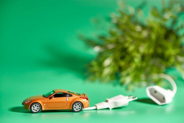 Miniatur eines fahrzeugs mit elektrischem stecker