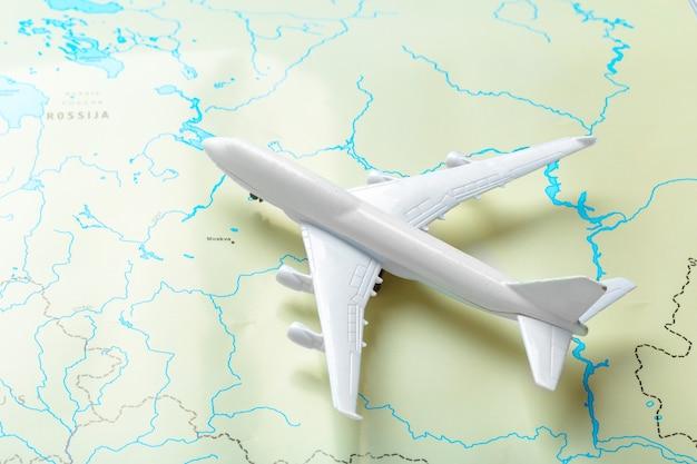 Miniatur eines passagierflugzeuges, das auf eine karte fliegt