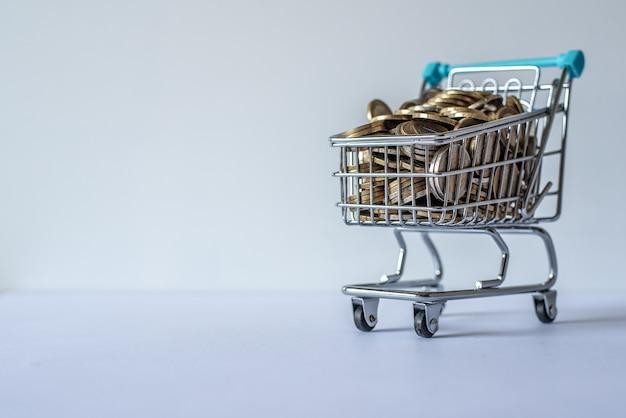 Miniatur-einkaufswagen voller münzen
