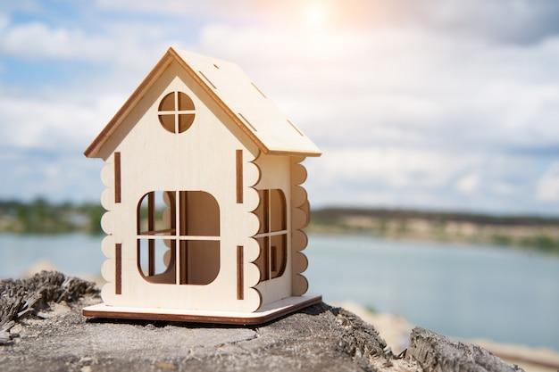 Miniatur holzhaus im freien natur. immobilienkonzept. modernes wohnen. umweltfreundliches energieeffizientes haus. haus außerhalb der stadt kaufen frische luft.