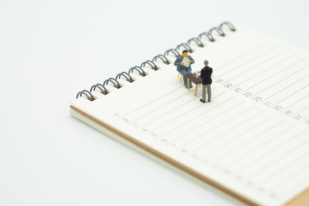 Miniatur-leute sitzen beratungs-beratungsdienste steuern zahlen geschäft