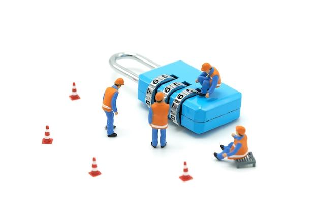 Miniatur menschen bauarbeiter sicherheitsschlüssel reparatur