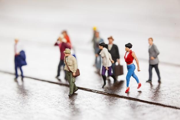 Miniatur-menschen reisen