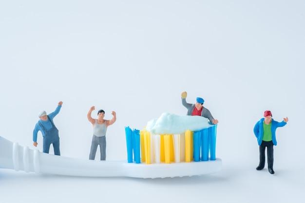 Miniatur-menschen überwachen verunreinigungen in zahnpasta