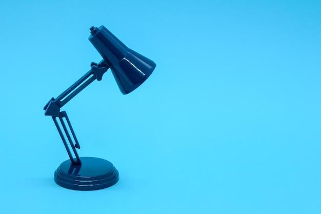Miniatur schreibtischlampe von dunkelblauer farbe mit kopierraum