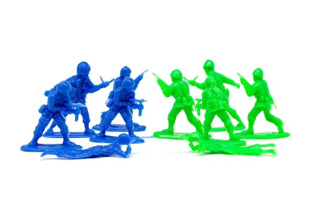 Miniatur spielzeugsoldaten, um den feind anzugreifen
