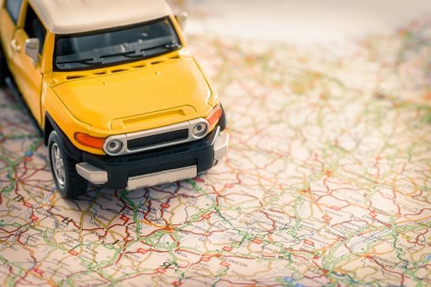 Miniatur-suv-auto auf einer karte
