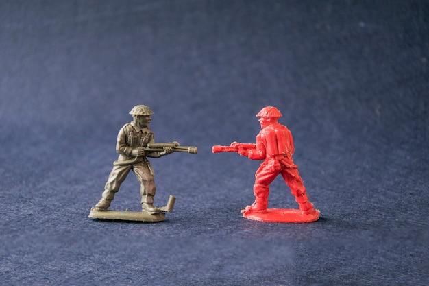 Miniatur von kämpfenden spielzeugmodellsoldaten