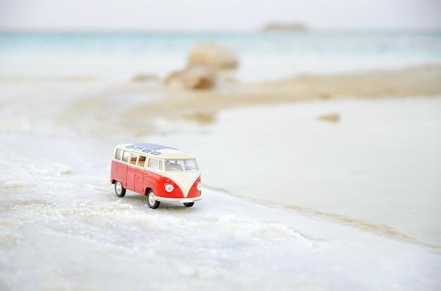Miniatur-vw bulli am strand im weichen fokus