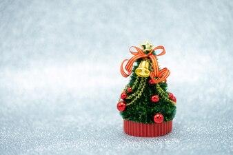 Miniatur-Weihnachtsbaum Feiern Sie jedes Jahr am 25. Dezember Weihnachten.