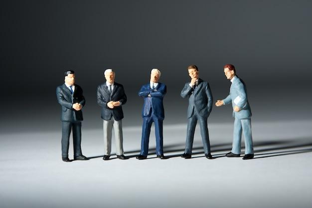 Miniaturfiguren des erfolgreichen geschäftsteams. fünf statuetten