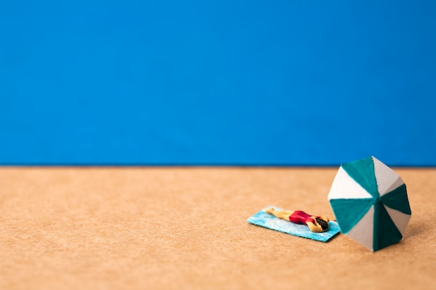 Miniaturfrau im sommerstrand