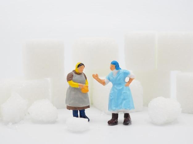 Miniaturfrau mit zucker und messendem band