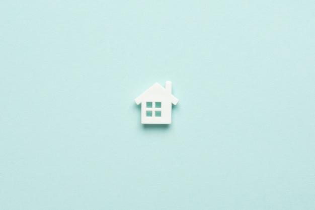 Miniaturhaus auf hellblauem mentol. draufsicht. kauf von immobilien, eigenheimen, immobilien. bezahlbares wohnen. vorteilhaftes angebot aus der sicht der bank