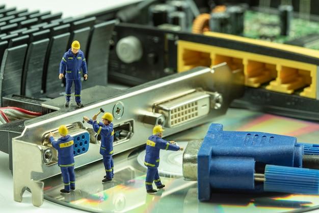 Miniaturkomponente des elektronischen geräts der leutewartung.