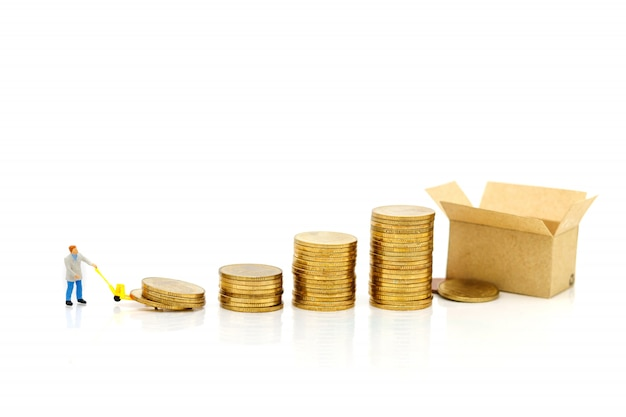 Miniaturleute: arbeiter transportieren münzengeld. erfolg, finanzierung, investition und wachstum im geschäftskonzept.