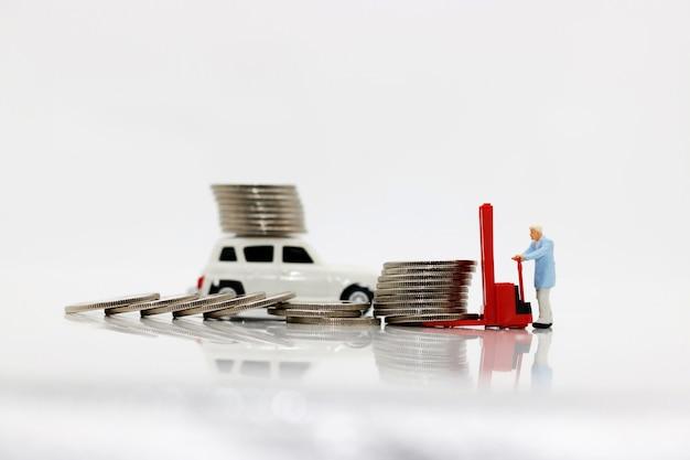 Miniaturleute: arbeitskräfte transportieren münzengeld mit auto.
