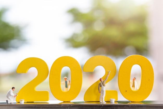 Miniaturleute: arbeitskraftteam, das hölzerne nr. 2020 färbt