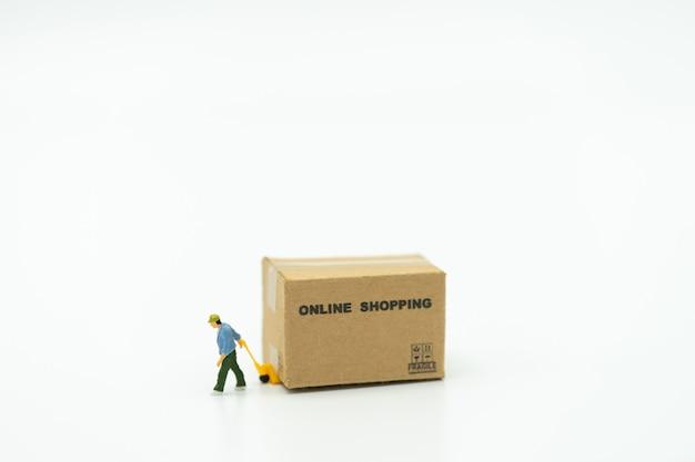 Miniaturleute bauarbeiter online-shopping mit einkaufswagen und shopping