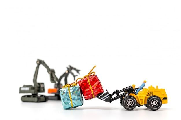 Miniaturleute, die an einer geschenkbox arbeiten