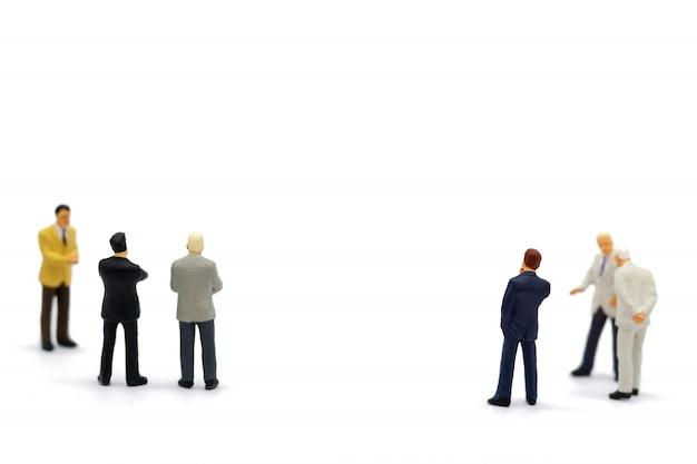 Miniaturleute: geschäft, das mit team steht.