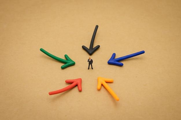 Miniaturleute geschäftsmänner, die investitionsanalyse oder investition stehen
