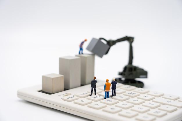 Miniaturleute-geschäftsmänner, die investitionsanalyse oder -investition stehen.