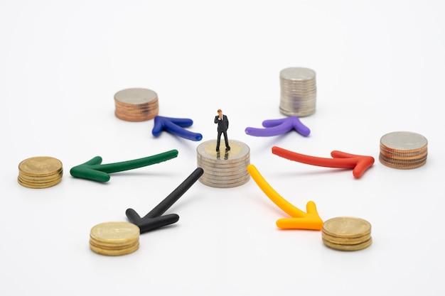 Miniaturleute geschäftsmänner, die investitionsanalyse oder investitionsstapel stehen