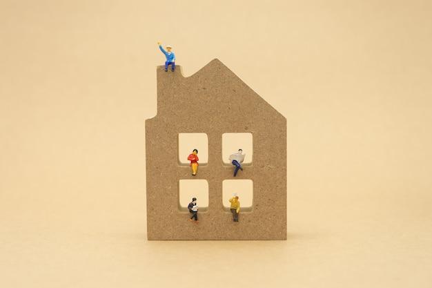 Miniaturleute-geschäftsmänner, die mit der rückseite verhandelt im geschäft sitzen.