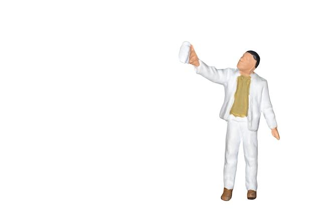 Miniaturleute: maler, der eine bürste lokalisiert auf weißem backgroound hält