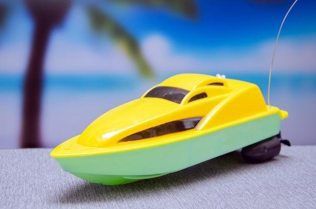 Miniaturleute sitzen auf dem boot, er fischt im ozean.