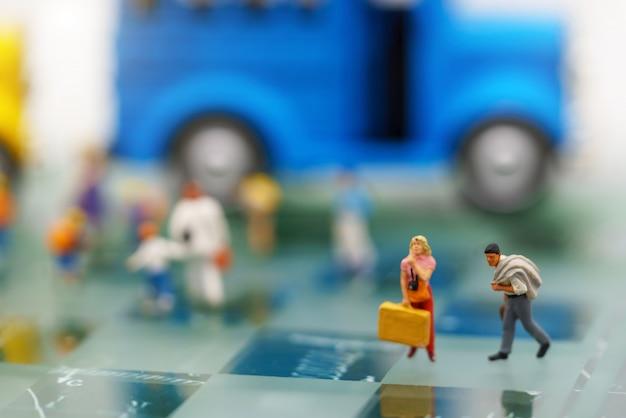 Miniaturleute, touristen und käufer in der stadt.