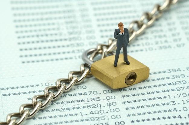 Miniaturleutegeschäftsmänner, die investitions-analyse stehen