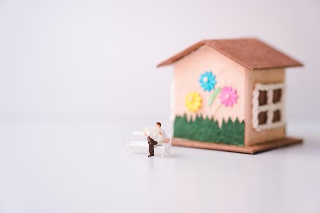 Miniaturmannlesezeitung allein zu hause