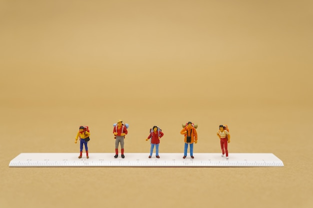 Miniaturmenschen bleiben getrennt, um covid 19 zu reduzieren