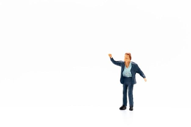 Miniaturmenschen, die auf weißem hintergrund stehen