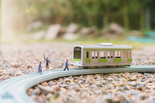Miniaturmenschen: eisenbahner arbeiten bei der eisenbahn