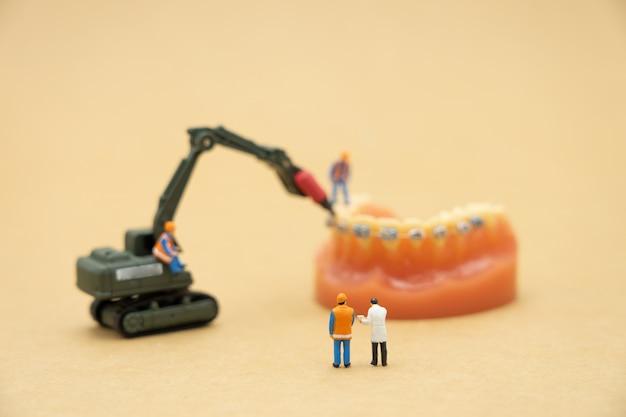 Miniaturmenschen fragen sie einen arzt nach gesundheitlichen problemen.