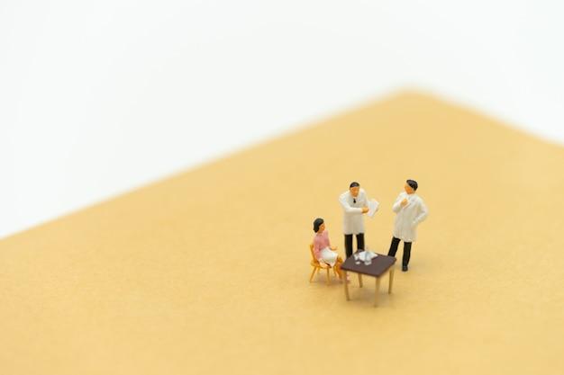 Miniaturmenschen fragen sie ihren arzt nach gesundheitlichen problemen. jährlicher gesundheitscheck