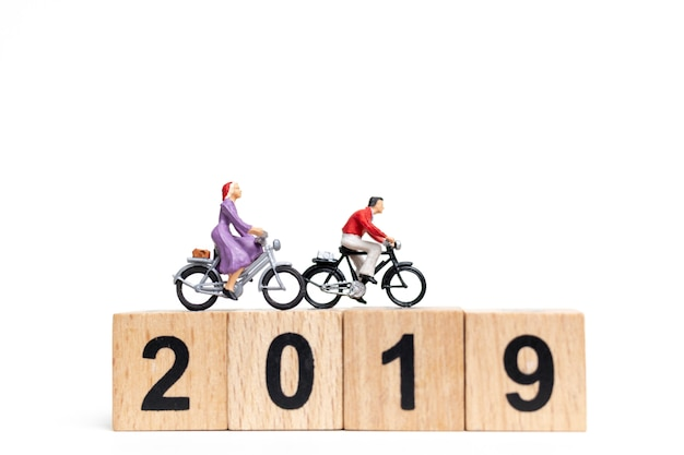 Miniaturmenschen: friend group fahrradfahren mit holznummer 2019