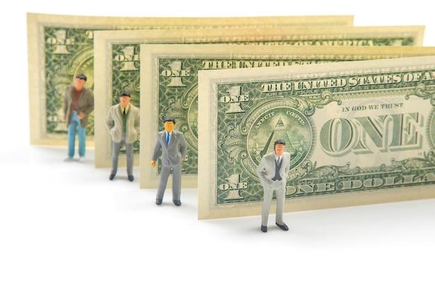 Miniaturmenschen. geschäftsleute stehen in der nähe von dollargeld. unternehmerkonzept