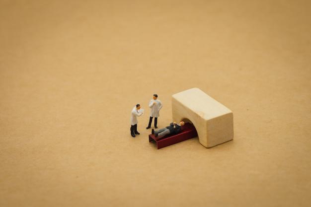 Miniaturmenschen konsultieren sie einen arzt, um nach gesundheitlichen problemen zu fragen. jährlicher gesundheitscheck
