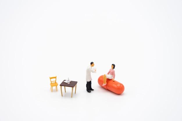 Miniaturmenschen konsultieren sie einen arzt, um nach gesundheitlichen problemen zu fragen