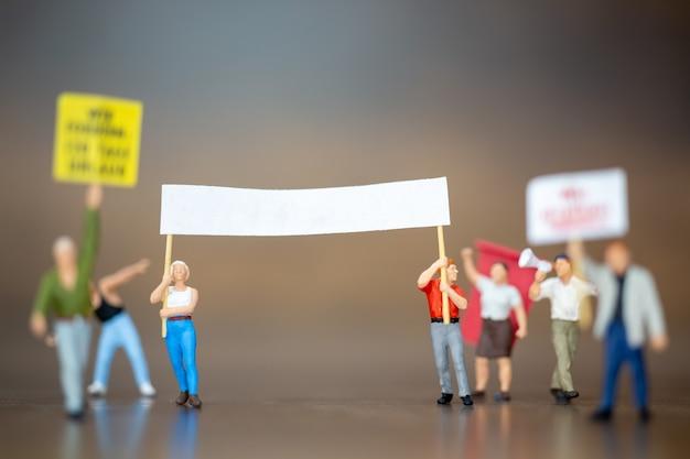 Miniaturmenschen, menschenmenge von demonstranten erhoben die hände und schrien