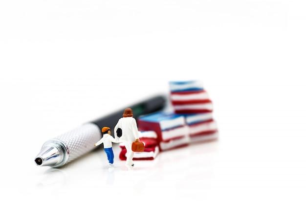 Miniaturmenschen: mutter und kinder gehen zu büchern. bildungskonzept.