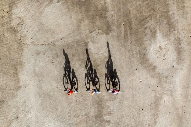 Miniaturmenschen: reisende, die fahrrad fahren