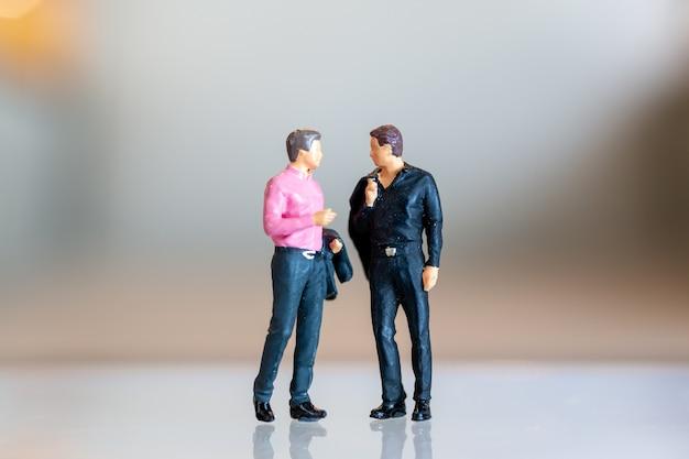 Miniaturmenschen, schwules paar, das zusammen steht und raum für text kopiert, lgbt konzept