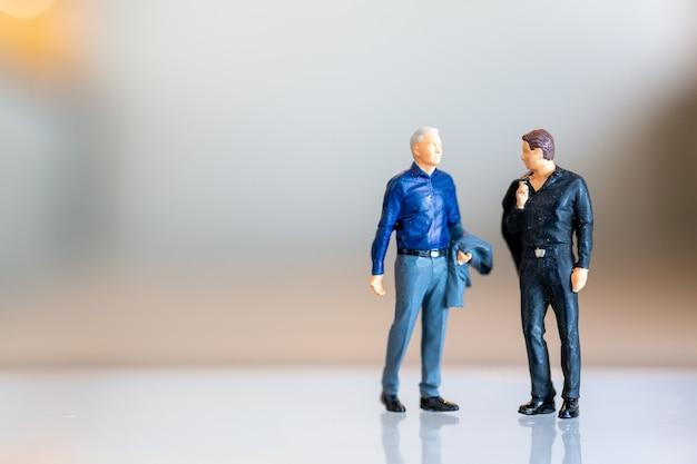 Miniaturmenschen, schwules paar, das zusammen steht