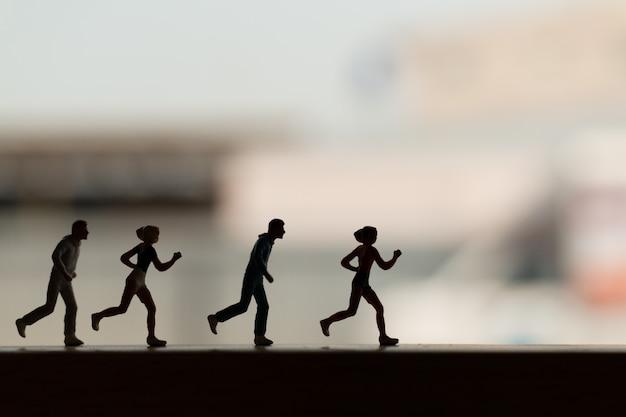 Miniaturmenschen: silhouette eines läufers