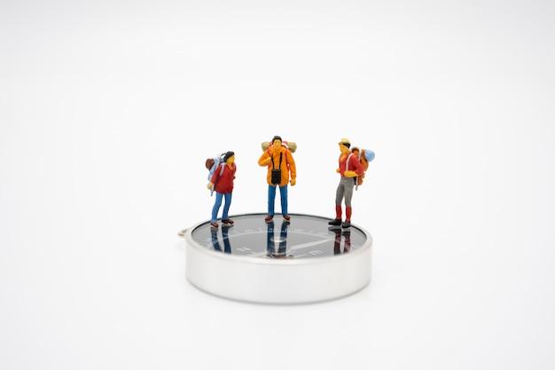 Miniaturmenschen stehen auf dem gehweg zu beginn der reise, um das ziel zu erreichen.
